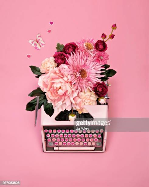 vintage typewriter with flowers - authors foto e immagini stock