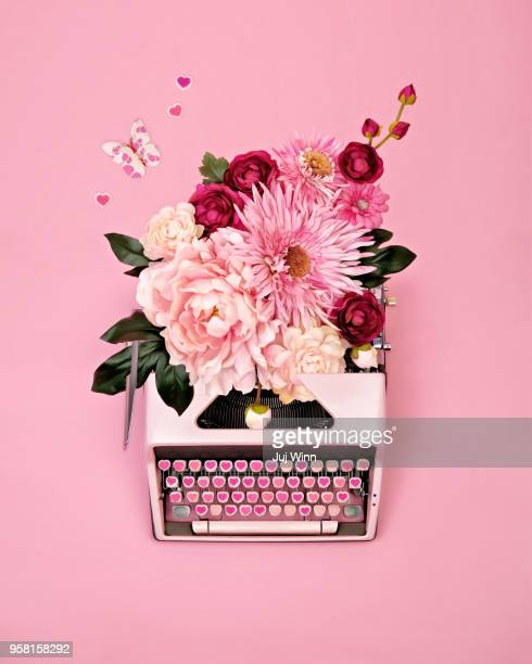 vintage typewriter with flowers - bloem stockfoto's en -beelden
