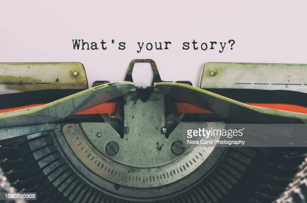 vintage typewriter with text - what's your story - contar histórias imagens e fotografias de stock