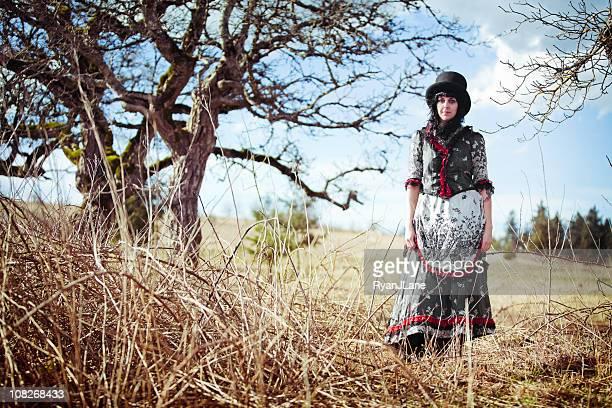 jovem mulher de vestido vintage vitoriana - estilo regency - fotografias e filmes do acervo
