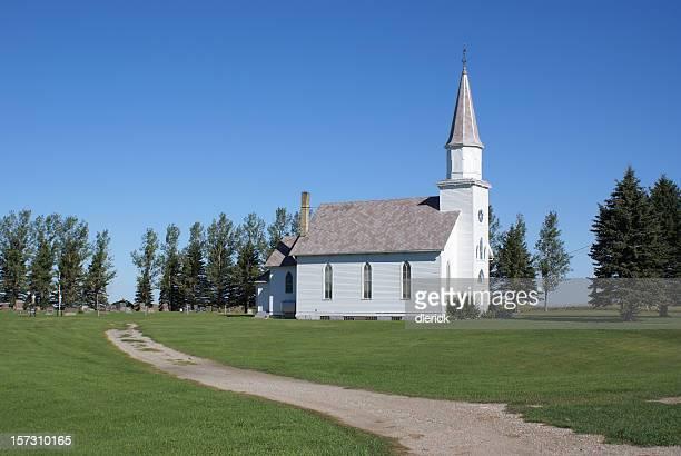 ビンテージホワイトの教会リモートノースダコタプレーリーのセッティング