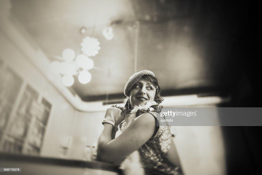 Vintage Frau am Tresen, Champagner trinken und warten : Stock-Foto