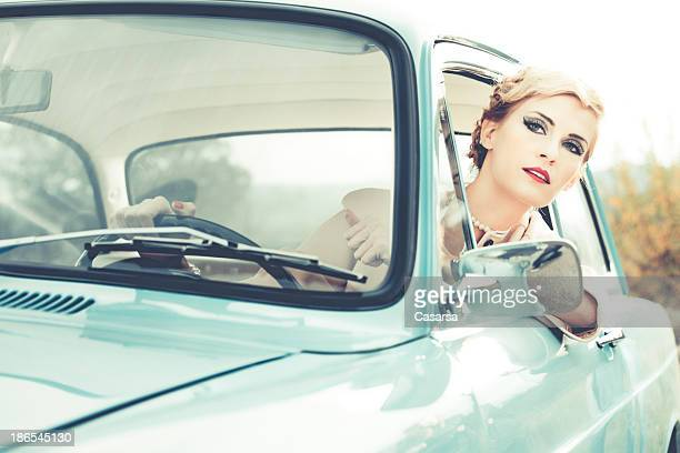 Femme conduire une voiture Vintage