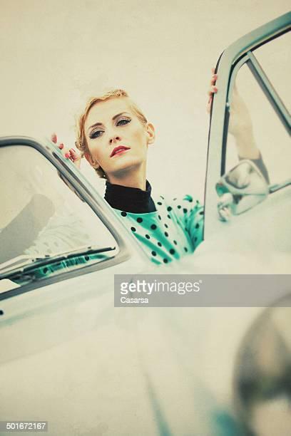 Vintage portrait de femme dans une voiture