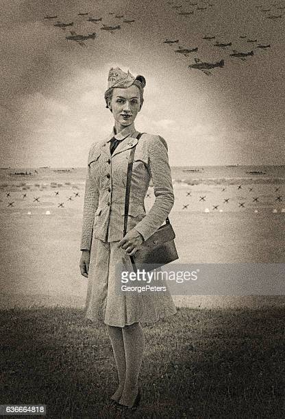 vintage world war 2 female navy officer on normandy beach - segunda guerra mundial fotografías e imágenes de stock