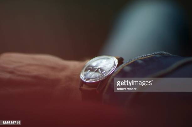 vintage wrist watch - temps qui passe photos et images de collection