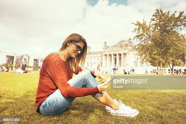 Vintage junge Frau durch social media auf Smartphone in Berlin