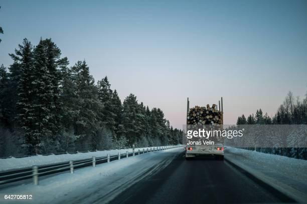 Vinterväg i sverige bakom timmerbil