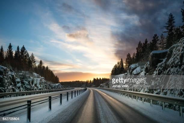 vinterväg ich sverige tidig morgon - leitplanke stock-fotos und bilder