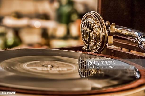 vinyl record spinning on a turntable - opslagmedia voor analoge audio stockfoto's en -beelden