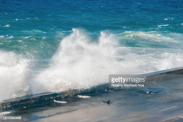 violent waves crashing against 'el malecon' seawall, havana, cuba - seawall stock pictures, royalty-free photos & images