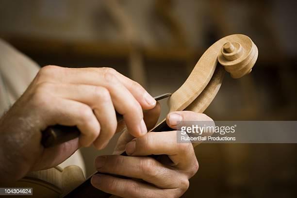 Violine Maschine in der Werkstatt