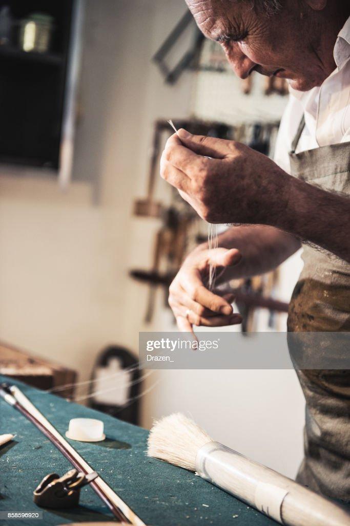 Reparatur des Geige Bogens Geigenbauer : Stock-Foto