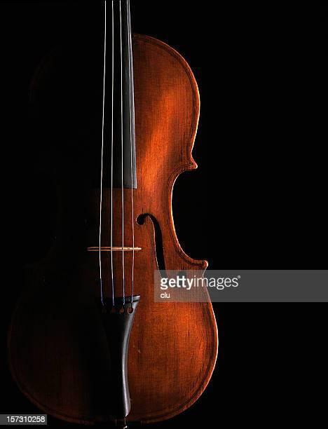 Violine auf schwarzem Hintergrund