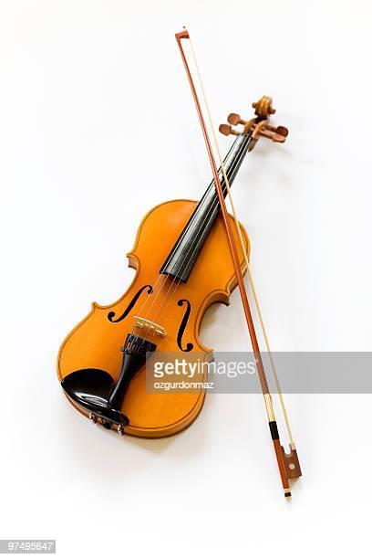 白い背景の上のバイオリンを演奏
