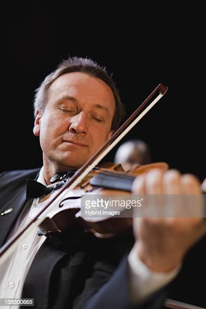Reproductor de violín en la orquesta