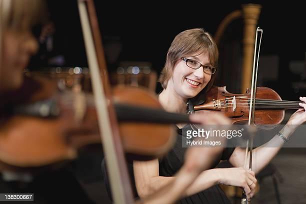 Violine im Orchester-Spieler