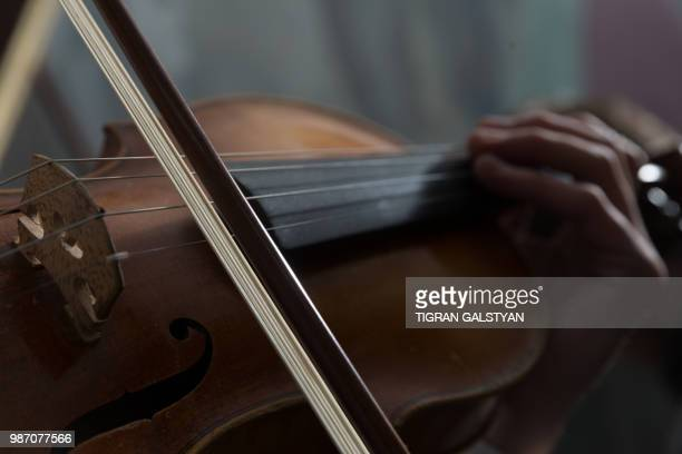 violin playing by  gor karapetian - music style stock pictures, royalty-free photos & images