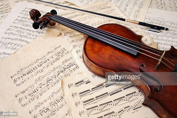 violin with bow on sheet music - stringed instrument stock pictures, royalty-free photos & images