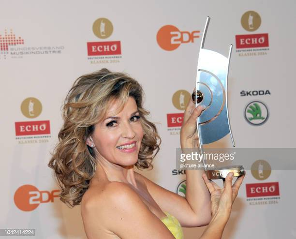 Violinist AnneSophie Mutter poses with her Echo Klassik for the category Best Concert Recording of the Year at the 'Echo Klassik' awards in...