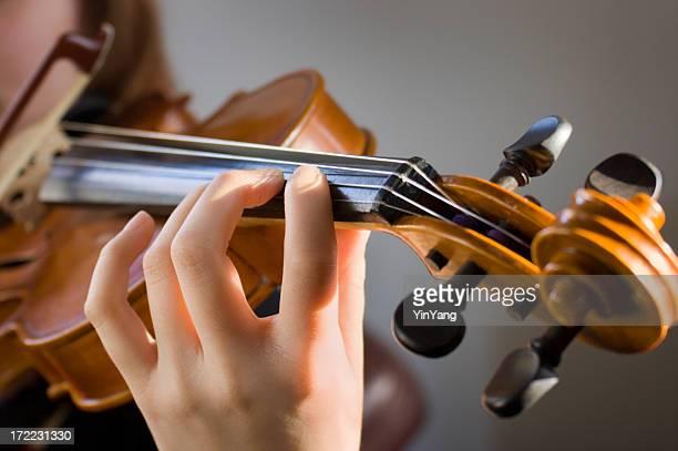 Geiger spielen klassische Violine Musik in Musical-Vorführung