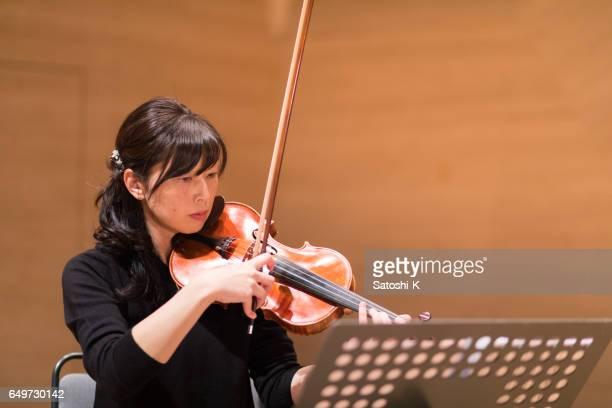 ヴァイオリニストのコンサートの前にリハーサル
