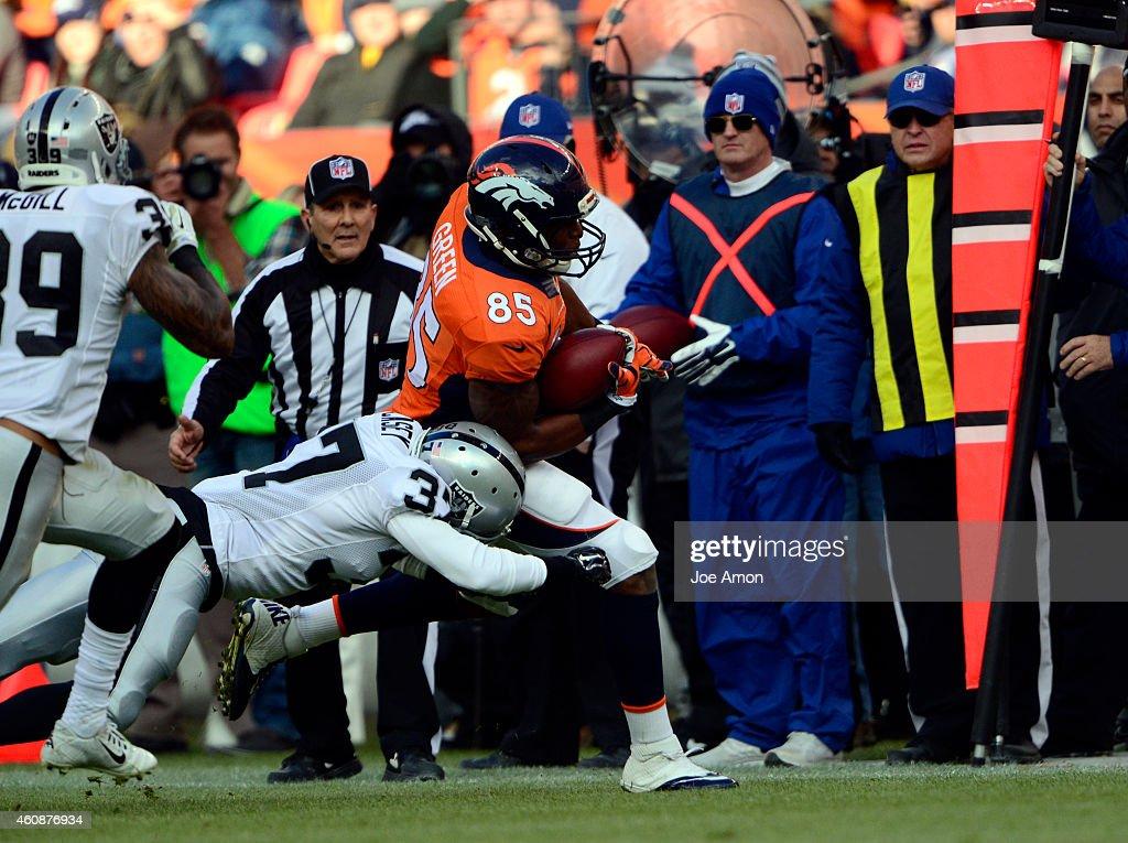 Denver Broncos vs. Oakland Raiders : News Photo