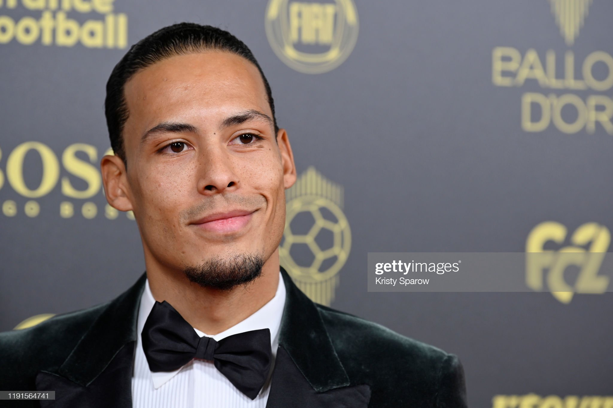 BALLON D'OR *RÉCOMPENSES DU FOOT* à partir de 2019 Virgil-van-dijk-poses-on-the-red-carpet-during-the-ballon-dor-at-du-picture-id1191564741?s=2048x2048