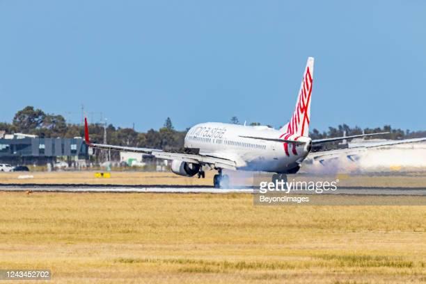 ヴァージンオーストラリアボーイング737-8feスモーキータッチダウンでアデレードに着陸 - ヴァージングループ ストックフォトと画像
