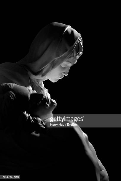 virgin mary carrying body of jesus christ statue - la vierge marie photos et images de collection