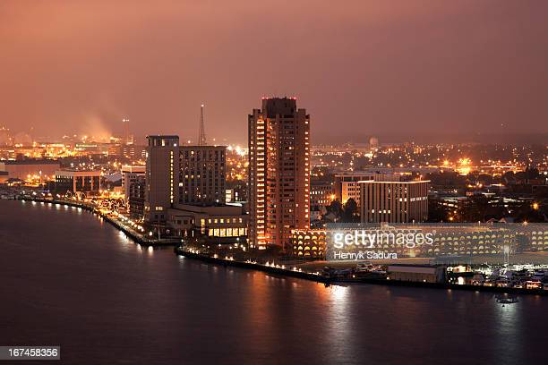 usa, virginia, norfolk, cityscape at night - norfolk virginia stockfoto's en -beelden