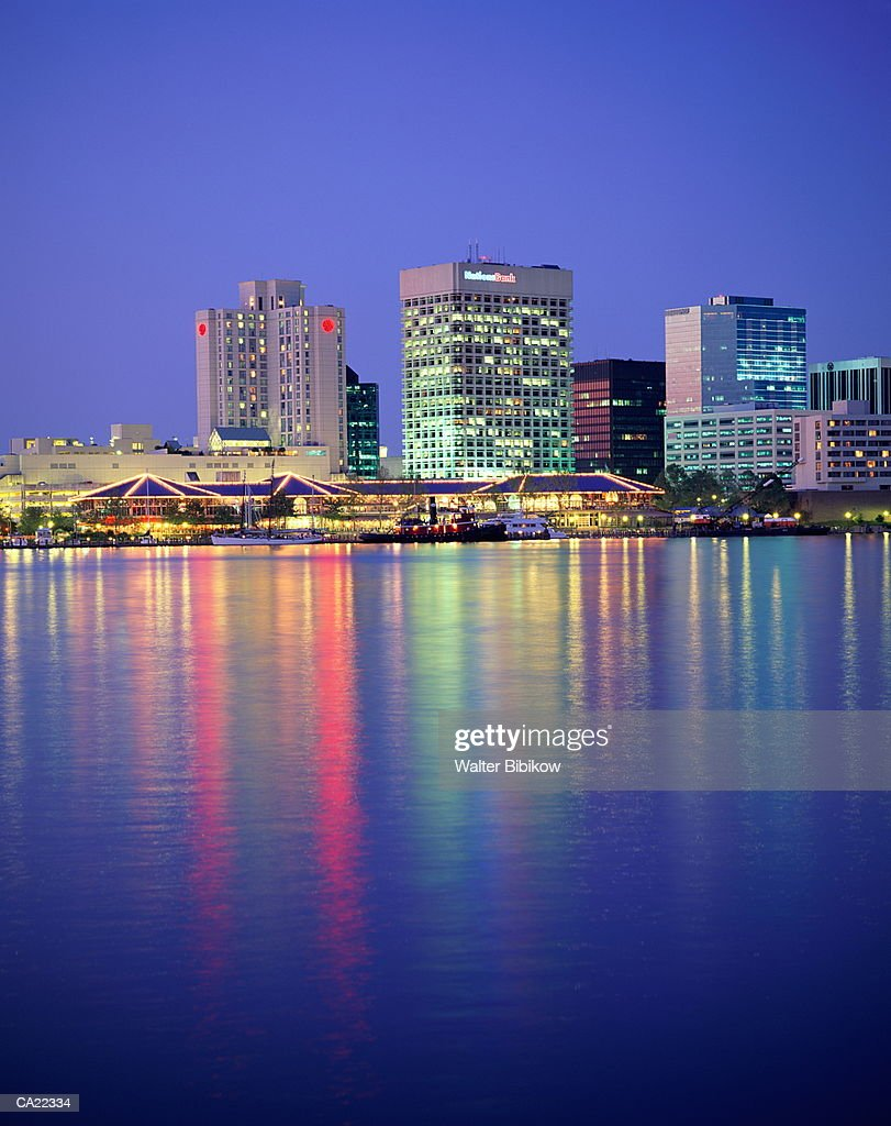 USA, Virginia, Norfolk, harbor and skyline, night : ストックフォト