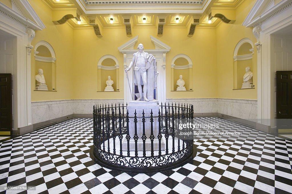 USA, Virginia, Richmond, Virginia State Capitol Rotunda with George Washington statue : Stock-Foto