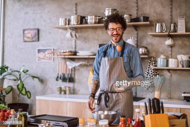 tugendhafte chef werfen ei in luft - gourmet küche stock-fotos und bilder
