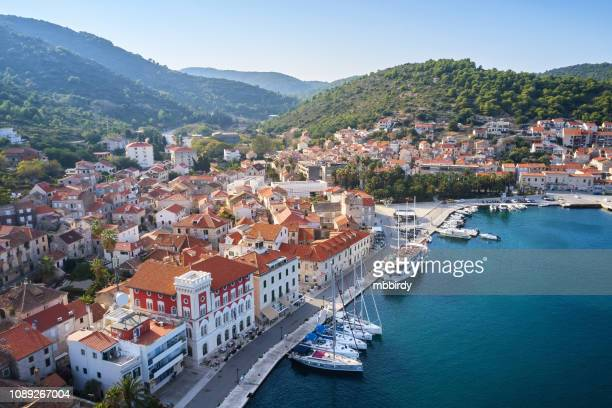 ciudad de vis a vis de la isla, dalmacia, croacia - croacia fotografías e imágenes de stock