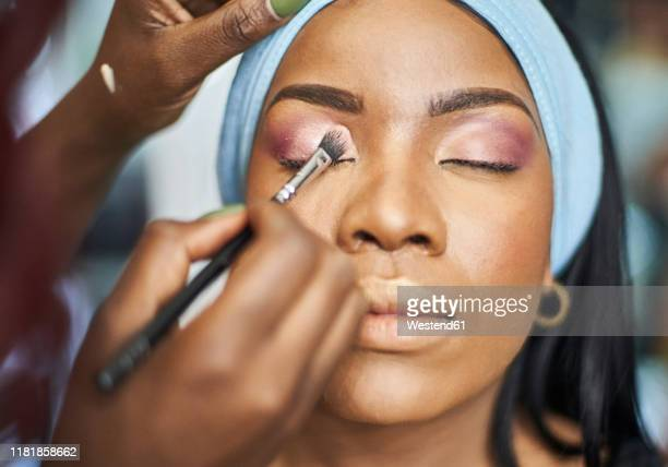 visagiste applying makeup - eyeshadow stock pictures, royalty-free photos & images