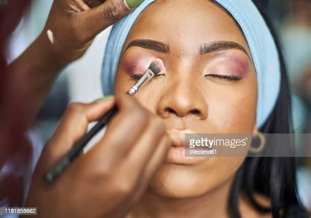 visagiste applying makeup - sombra maquiagem de olho - fotografias e filmes do acervo
