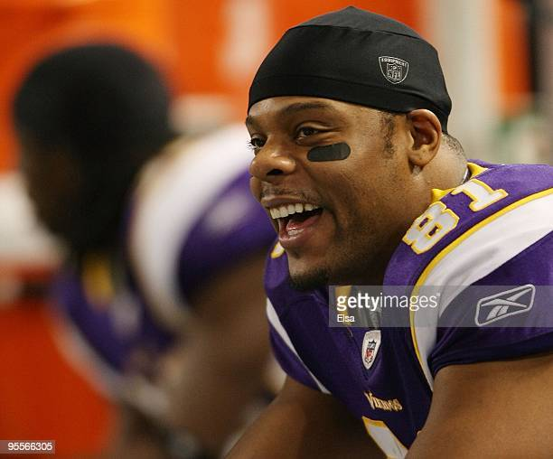 Visanthe Shiancoe of the Minnesota Vikings looks on from the sideline in the fourth quarter against the New York Giants on January 3 2010 at Hubert H...