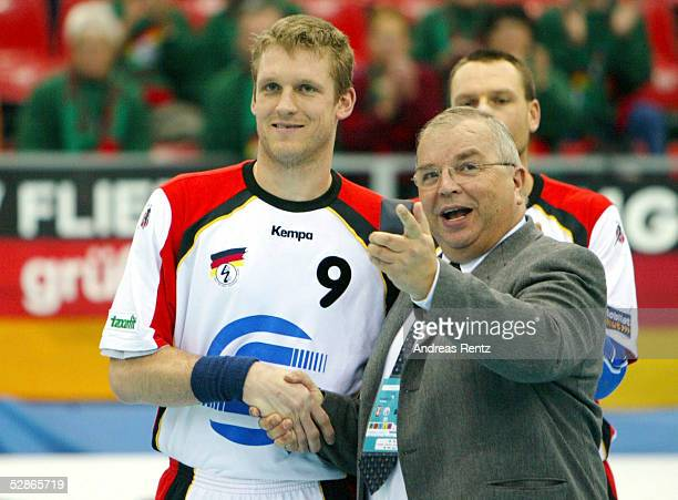 WM 2003 Viseu AUSTRALIEN DEUTSCHLAND DHB Praesident Ulrich STROMBACH gratuliert KlausDieter PETERSEN zu seinem 300 Nationalmannschaftseinsatz