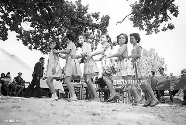 Visit Of Greece Grèce juin 1966 visite du pays sa culture ses paysages ses habitants Ici sous un arbre des filles dansent alignées les unes derrière...