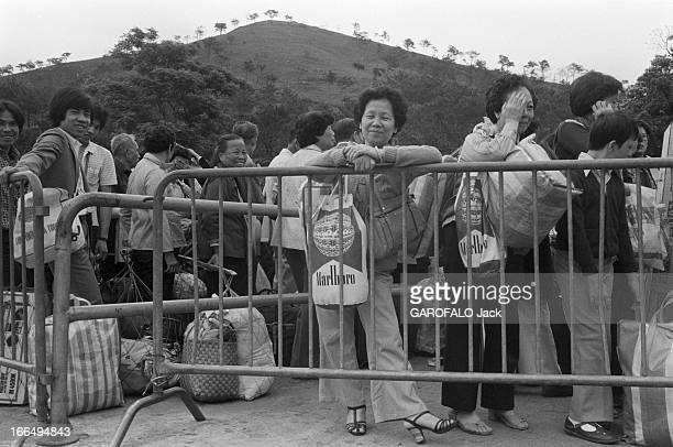 Visit Of Hong Kong HongKong 10 avril 1981 la colonie britannique a été rétrocédée à la Chine en 1997 Ici en extérieur des voyageurs chargés de...