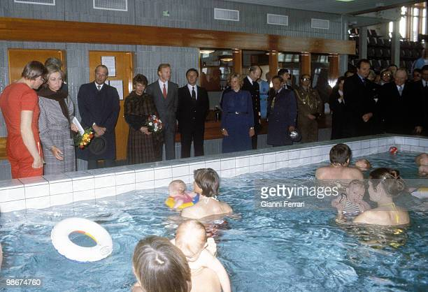 Visit of the Spanish Kings Juan Carlos and Sofia to Norway in a swimming pool for babies accompanied by the princes Harald and Sonia of Norway April...