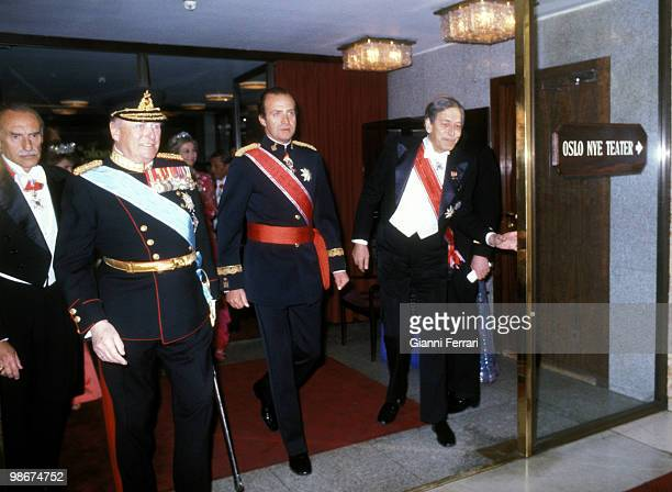 Visit of the Spanish Kings Juan Carlos and Sophia to Norway where the kings Juan Carlos and yhe King Olav of Norway goes to a official dinner in the...