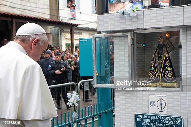 Visita do Papa à comunidade de Varginha no complexo de Manguinhos. Os milhares de fiéis e moradores enchem as ruas para ver a passagem do Papa pela...