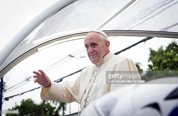 CONTENT] Visita do Papa à comunidade de Varginha no complexo de Manguinhos Os milhares de fiéis e moradores enchem as ruas para ver a passagem do...