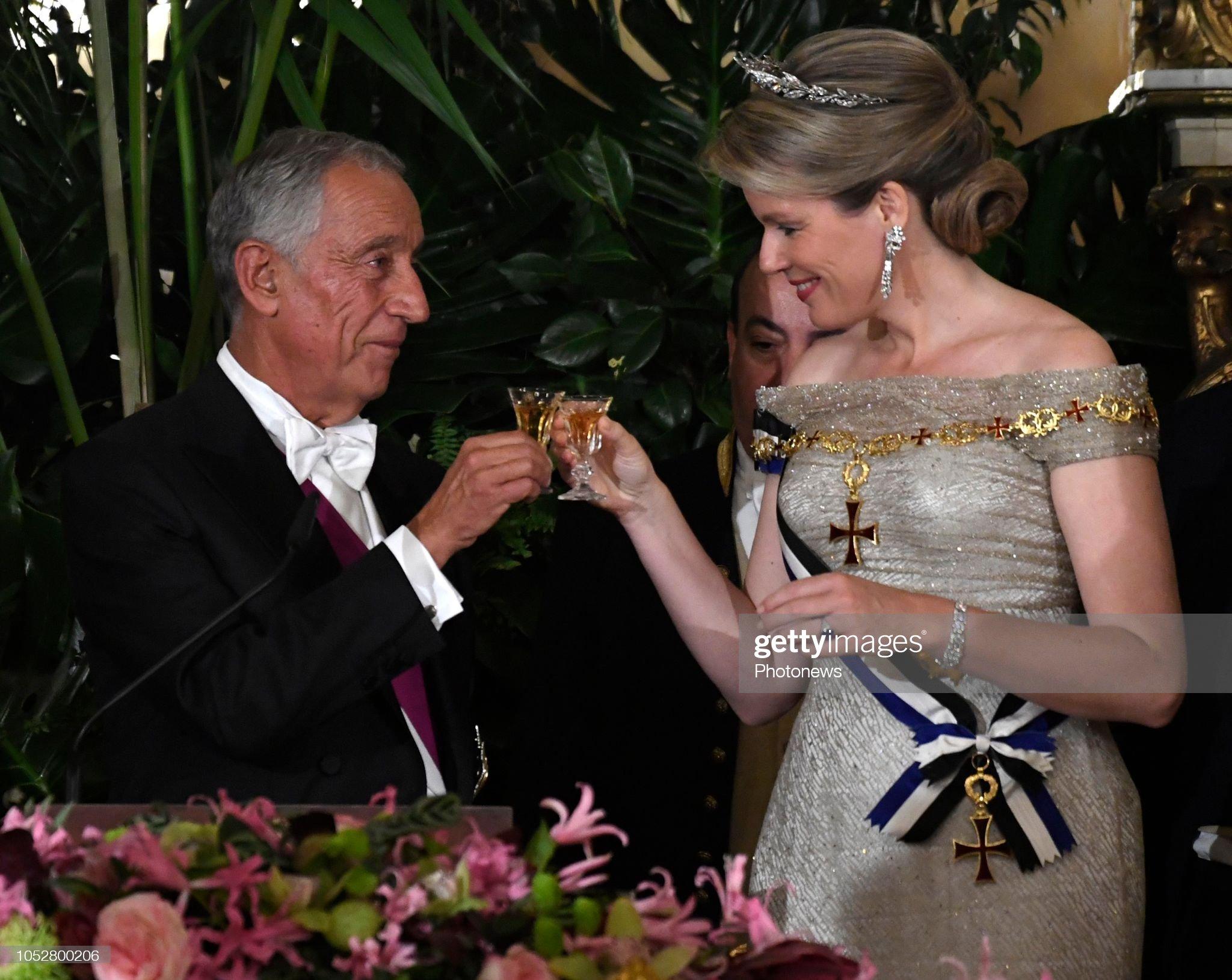 Вечерние наряды Королевы Матильды State visit of Belgian Sovereigns to Portugal (State Banquet ) / 22.10 : News Photo