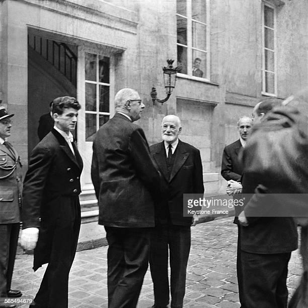 Visite du général de Gaulle à l'ENA, ici avec René Cassin, à Paris, France, le 17 novembre 1959.