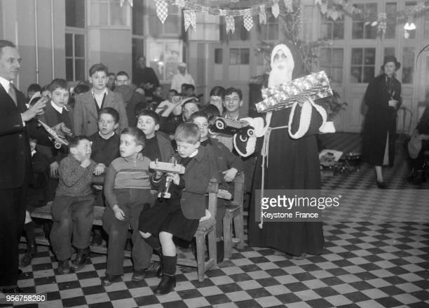 Visite du Père Noël aux enfants malades de l'hôpital de Bicêtre à Paris France en décembre 1934