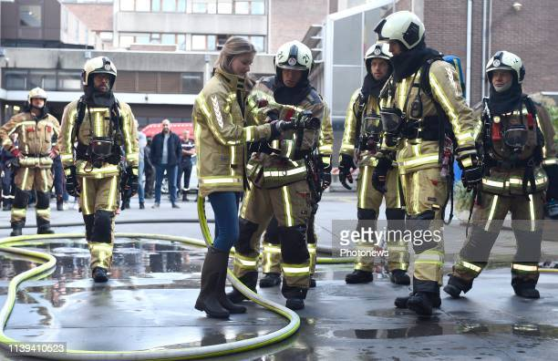 Visite du Roi Philippe et de la Princesse Elisabeth au Centre de formation des pompiers de Bruxelles Bezoek van Koning Filip en Prinses Elisabeth aan...