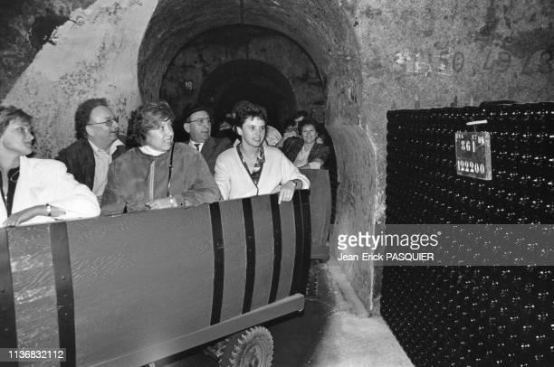 Visiteurs en charriots dans une cave de la maison 'Piper-Heidsieck' à Reims, dans la Marne, France.